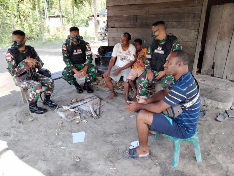 Anggota Pos Waris Satgas Pamtas RI-PNG Yonif Mekanis 512/QY melaksanakan anjangsana dengan masyarakat perbatasan di Kampung Banda, Distrik Waris, Kabupaten Keerom Papua. (Foto:dokumentasi Yonif Mekanis 512/QY)