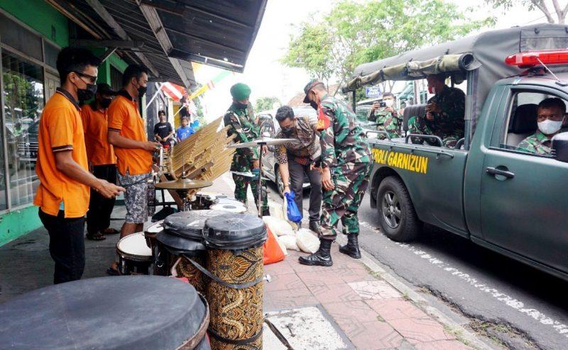 Paket sembako diberikan kepada para pengamen yang mangkal di persimpangan jalan di Yogya. (Foto: Dokumentasi Pendim 0734/yka)