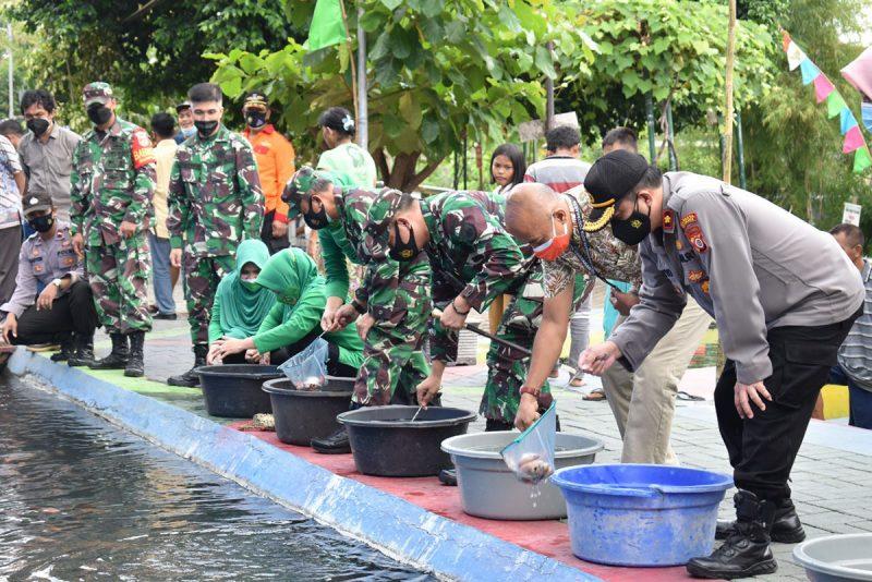 Bakti Kemandirian Masyarakat Kodim 0734/Kota Yogyakarta di Bendung Lepen Giwangan. (Foto: Pendim 0734/yka)