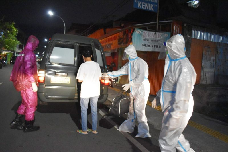 Prajurit Kodim Yogya, Koramil Gondomanan  dan Kopassus Grup 2 membantu evakuasi pasien. (Foto: dokumentasi Kodim Yogyakarta)