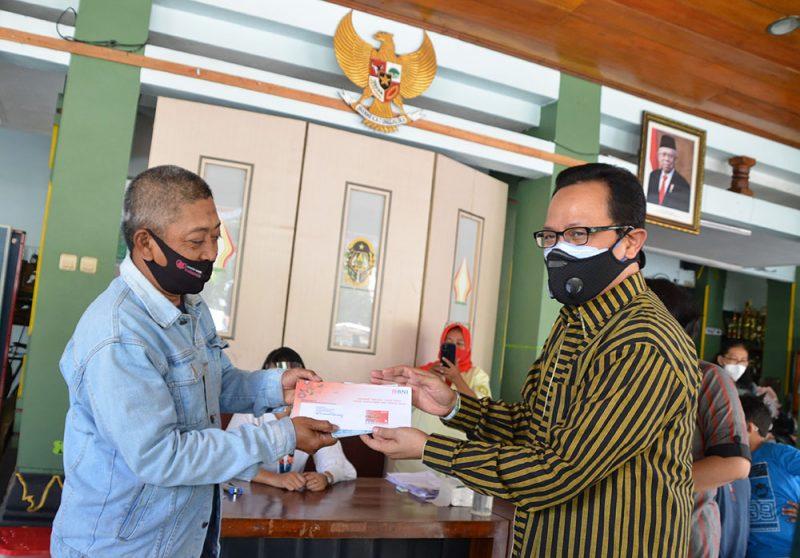 Heroe Poerwadi saat distribusi KKS di Kantor Kemantren Gondokusuman. (Foto:Humas Pemkot Yogya)
