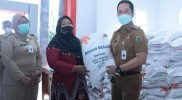 Pemkab Kudus salurkan beras bantuan PPKM kepada 25 desa di Kecamatan Kota. (Foto: Diskominfo Kudus)