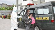 Prajurit Kopassus BKO Kodim Yogya evakuasi warga terpapar Covid ke Isoter Asrama UNY. (Foto : dokumentasi Kodim Yogya)
