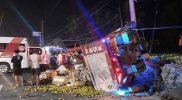 Truk bermuatan buah yang terlibat kecelakaan di jalan Jogja – Wates Km 2 Gunung Gempal Giripeni, Wates, Kulon Progo. (Foto: dokumentasi Polres Kulonprogo)
