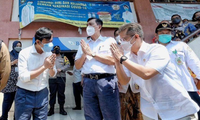 Luhut Binsar Pandjaitan, bersama Menkes Budi Gunadi Sadikin saat kunjungan di Surakarta. (Foto: Diskominfo Surakarta)