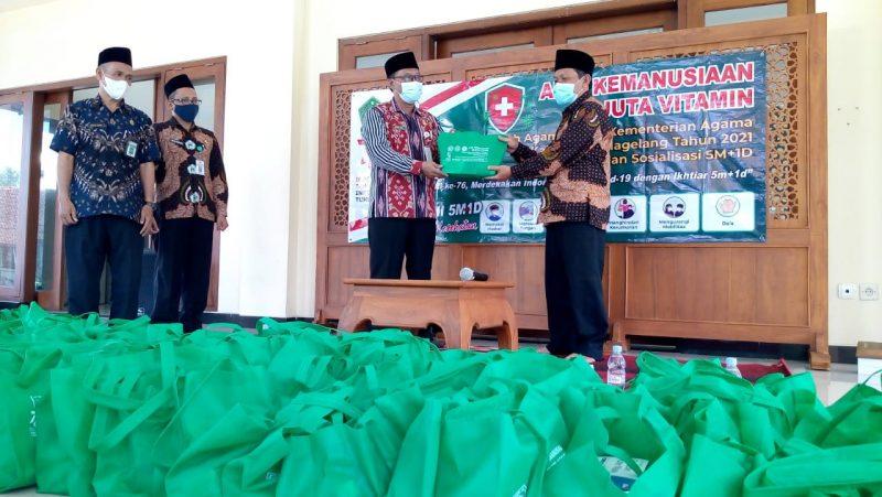 Kemenag Kabupaten Magelang membagikan bantuan peduli berupa ratusan paket peduli vitamin yang terdiri dari sembako, madu, multivitamin, dan ribuan masker. (Foto: Humas/beritamagelang)