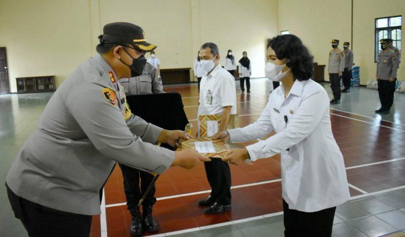 Kapolres Magelang, AKBP Ronald Ardiyanto secara simbolis menyerahkan penghargaan kepada para nakes. (Foto: Humas/beritamagelang)
