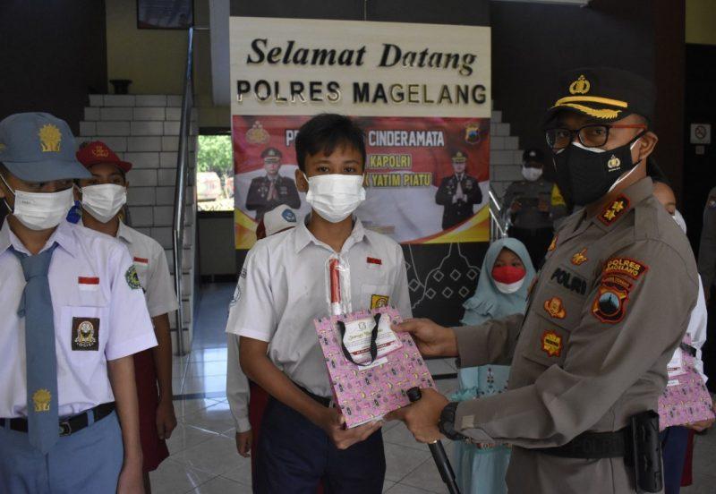 Kapolres Magelang AKBP Mochammad Sajarod Zakun menyerahkan bantuan ponsel tersebut kepada anak-anak di Mako Polres Magelang. (Foto: Humas/beritamagelang)