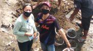 Anggota Duta Perubahan Perilaku Satgas Covid-19 Kemantren Tegalrejo, Suryani gencar membagikan masker kepada warga. (Foto: dokumentasi pribadi)