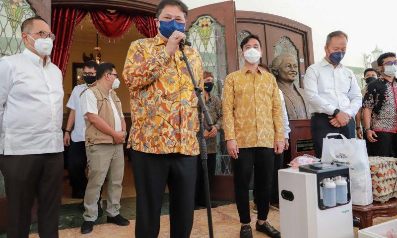 Menteri Airlangga Hartarto secara simbolis menyerahkan bantuan penanganan Covid-19 kepada Wali Kota Surakarta Gibran Rakabuming Raka di Rumah Dinas Loji Gandrung. (Foto:Humas Pemkot Surakarta)
