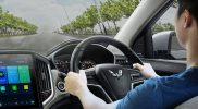 Mengecek kondisi mobil apakah bermasalah atau tidak dari bau yang dikeluarkan. (Foto:wuling.id)
