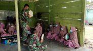 Prajurit Satgas Yonif 512/QY bimbing ibu-ibu warga perbatasan Papua-PNG berlatih marawis. (Foto: dokuentasi Penerangan Yonf 512/QY)