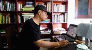 Non-O saat berkarya di rumah studionya. (Foto: dokumenpribadi)