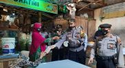 Selain memberikan teguran secara langsung petugas juga membagikan ribuan masker kepada para pedagang maupun masyarakat yang membutuhkan. (Foto: Humas/beritamagelang)