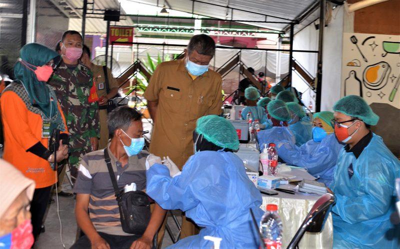 Walikota Yogyakarta Haryadi Suyuti, saat meninjau vaksinasi di XT Square. (Foto: Humas Pemkot Yogyakarta)