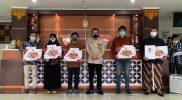 Hadiah Pemenang Lomba Pemuda Pelopor Tahun 2021 diserahkan oleh Wakil Walikota Yogya Heroe Poerwadi, beberapa waktu lalu di Dinas Pendidikan dan Olahraga (Dispora) Kota Yogya. (Foto: Humas Pemkot Yogyakarta)