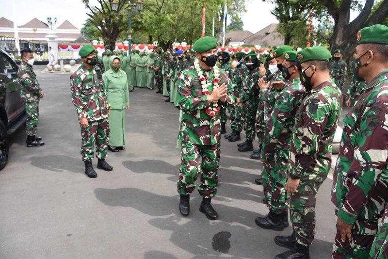 Brigjen TNI Ibnu Bintang Setiawan dilepas  anggota prajurit meninggalkan satuan Korem Pamungkas.  (Foto: Penrem 072/Pamungkas)