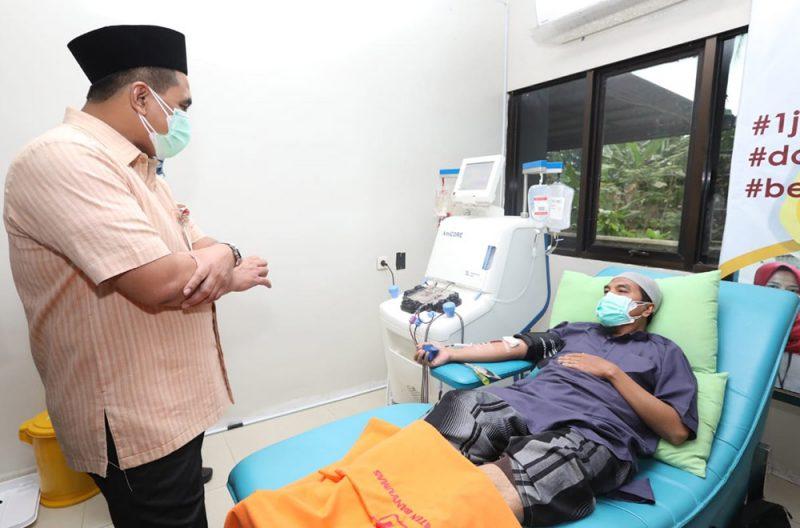 Wakil Gubernur Taj Yasin Maimoen saat mengecek pemenuhan kebutuhan donor plasma di PMI Banyumas. (Foto: Humas Jateng)