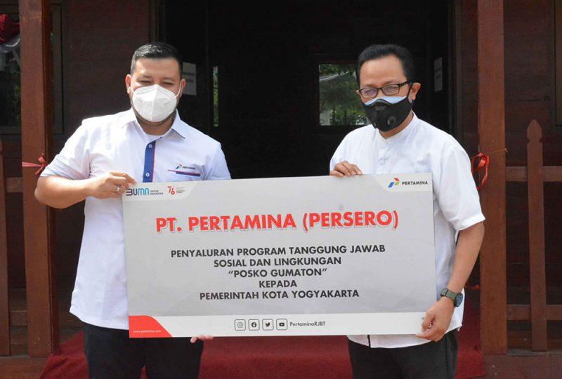 Wakil Walikota Yogyakarta, Heroe Poerwadi menerima secara simbolis bantuan posko Gumaton dari Pertamina. (Foto: Humas Pemkot Yogya)