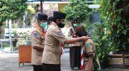 Wawali Heroe Poerwadi memberikan Penganugerahan Tanda Kecakapan dan Penghargaan Pramuka Garuda dalam Apel besar Hari Pramuka Ke-60 Kwartir Cabang Gerakan Pramuka Kota Yogyakarta. (Foto: Humas Pemkot Yogya)
