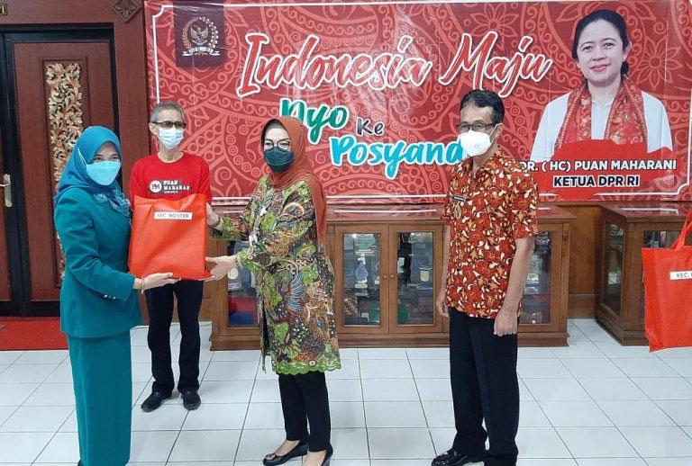 Bupati Sukoharjo, HJ Etik Suryani SE MM didampingi Wakil Bupati, Drs H Agus Santosa secara simbolis menyerahkan bantuan dari Puan Maharani untuk ibu hamil di Sukoharjo. (Foto: Humas Sukoharjo)