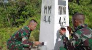 Prajurit Yon 403/WP laksanakan patroli dan pengecekan patok batas Papua-PNG. (Foto: Penerangan Yon 403/WP)