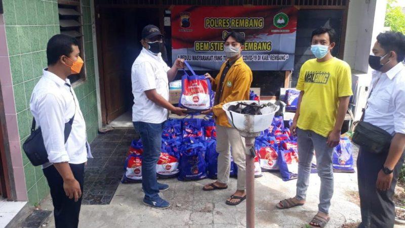 Mahasiswa bergandengan tangan dengan Polres bagikan sembako untuk warga terdampak PPKM. (Foto: Diskominfo Jateng)