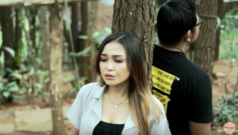 Rojanah dalam video lagu 'Cerita Tresno'. (Foto: YouTube Rojanah Arinda Wae)