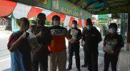 Selain memberikan edukasi terkait protokol kesehatan, Satpol PP Kota Yogya juga memberikan bantuan beras. (Foto: Humas Pemkot Yogya)