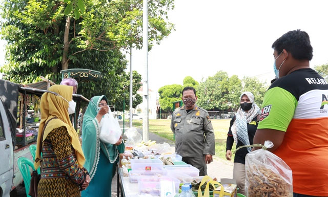Satpol PP Kota Yogya bagikan bantuan beras kepada PKL di Wirobrajan. (Foto: Humas Pemkot Yogya)