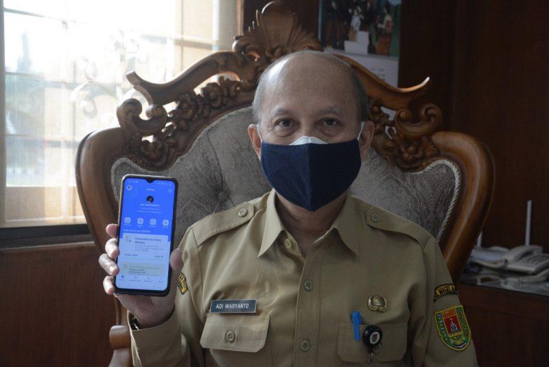 Sekretaris Daerah Kabupaten Magelang Adi Waryanto menunjukan aplikasi MySAPK. (Foto: Humas/beritamagelang)