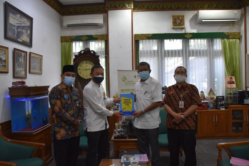 Acara audiensi diakhiri dengan penyerahan buku panduan pelaksanaan Sekolah Penggerak dari LPMP DIY dan BP PAUD pada Walikota Yogyakarta. (Foto: Humas Pemkot Yogyakarta)