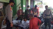 Serma Mulyono bersinergi dengan Bhabinkamtibmas bagikan beras. (Foto: dokumentasi Koramil Tegalrejo)