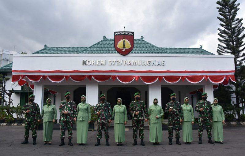 Foto bersama usai Sertijab di lingkungan Korem 072/Pamungkas. (Foto:Penrem 072/pmk)