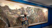 """Sidik Martowidjojo dan lukisannya berjudul """"Alam Luas"""", ukuran 141 x 603 cm dengan media cat air di atas kertas.(Foto: agoes jumianto)"""