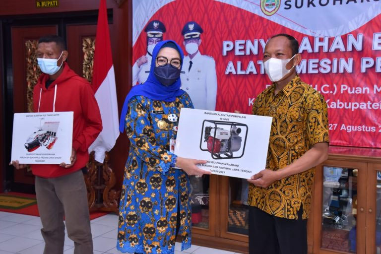Bupati Sukoharjo, Hj Etik Suryani SE MM secara simbolis menyerahkan bantuan alsintan kepada kelompok tani. (Foto: Humas Pemkab Sukoharjo)