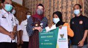 Bupati Sukoharjo, Etik Suryani bersama Badan Amil Zakat Nasional (Baznas) Sukoharjo menyerahkan bantuan perbaikan RTLH kepada Ngatmi. (Foto: Humas Kab Sukoharjo)