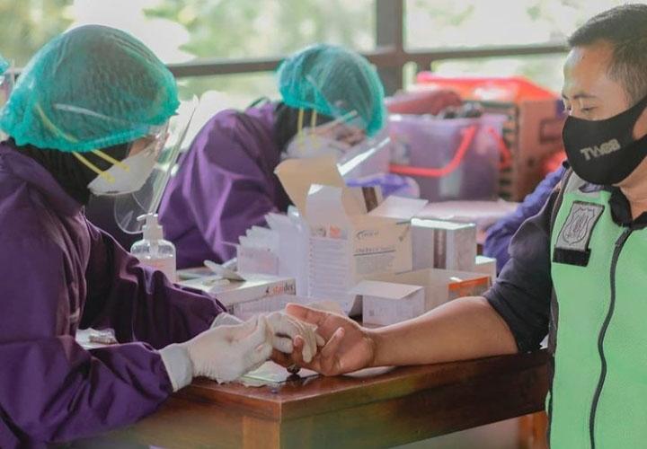Proses skrining dilakukan dengan mengambil sampling darah peserta yang kemudian dilakukan uji rapid antibodi untuk mendeteksi keberadaan antibodi spesifik di dalam darah yang dapat melawan penyakit tertentu. (Foto:@media_twc)