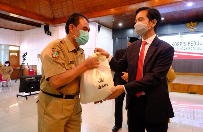 Walikota Giran Rakabuming menyerahkan bantuan sembako kepada ASN yang pernah terpapar Covid-19. (Foto: Humas Pemkot Surakarta)