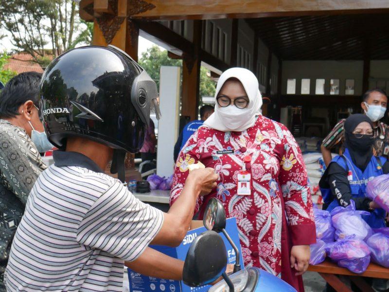 Kusdinar Untung Yuni Sukowati ikut bagikan sembako kepada masyarakat terdampak Covid-19. (Foto: Humas Sragen)