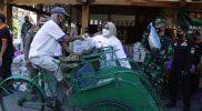Bupati Sragen, dr. Kusdinar Untung Yuni Sukowati ikut membagikan paket sembako kepada tukang becak. (Foto: Humas Sragen)