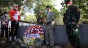Ganjar Pranowo mengunjungi makam jurnalis yang menyebarkan kabar kemerdekaan Indonesia kepada dunia dengan sandi morse. (Foto: Humas Jateng)