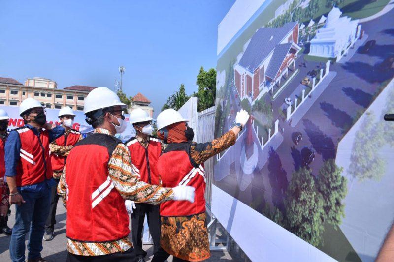 Bupati Sukoharjo Etik Suryani bersama Wakil Bupati Agus Santosa usai peletakan batu pertama pembangunan gedung pertemuan. (Foto: Humas Pemkab Sukoharjo)