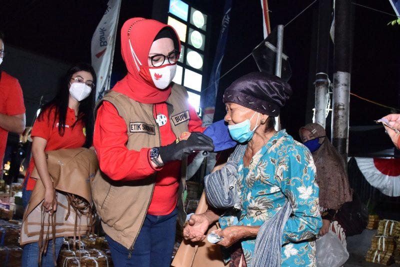 Bupati Sukoharjo, Etik Suryani mengunjungi pasar pagi Ir Soekarno, memantau pelaksanaan protokol kesehatan. (Foto: Humas Sukoharjo)