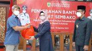 Bupati Sukoharjo, Hj Etik Suryani SE MM didampingi Wakil Bupati, Drs H Agus Santosa kembali menyerahkan bantuan paket sembako untuk masyarakat. (Foto:Humas Sukoharjo)