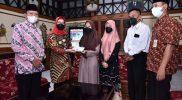 Bupati Sukoharjo, Hj Etik Suryani SE MM menyerahkan bantuan untuk dua anak yatim piatu dari Desa Manang, Grogol. (Foto: Humas Pemkab Sukoharjo)