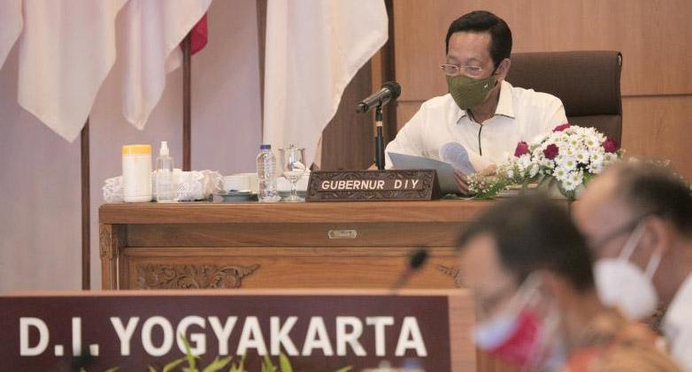 Sri Sultan Hamengku Buwono X dalam Rapat Koordinasi Evaluasi Pelaksanaan PPKM Level 3 dan 4 Jawa-Bali bersama Menkomarves RI, Luhut Binsar Panjaitan yang digelar daring. (Foto: Humas Pemda DIY)