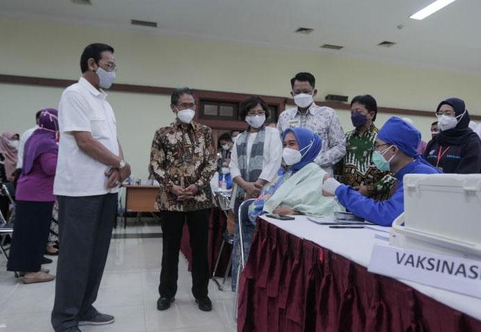 Gubernur DIY Sri Sultan Hamengku Buwono X, menyaksikan secara langsung proses vaksinasi bagi ibu hamil di Auditorium Grha Sabha Pramana. (Foto: Humas Pemda DIY)