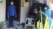 Kodim 0706/Temanggung bagikan obat untuk warga isoman. (Foto: Diskominfo Temanggung)