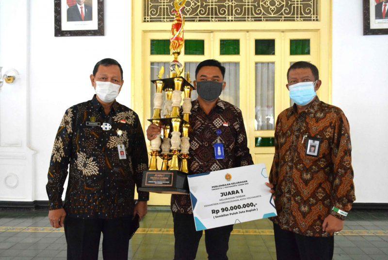 Lurah Terban, Narotama dan penghargaan yang diterimanya.(Foto: Humas Pemkot Yogyakarta)